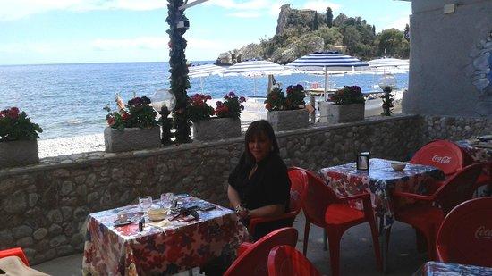 Isola Bella: ...seduti ad un delizioso, piccolo bar