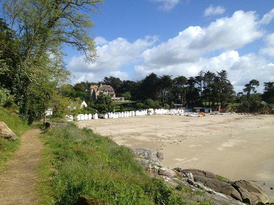 Manoir Dalmore: Vue de l'hôtel depuis la plage