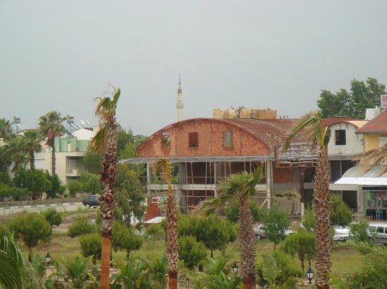 Alva Donna Exclusive Hotel & Spa: Вид на стройку из отеля