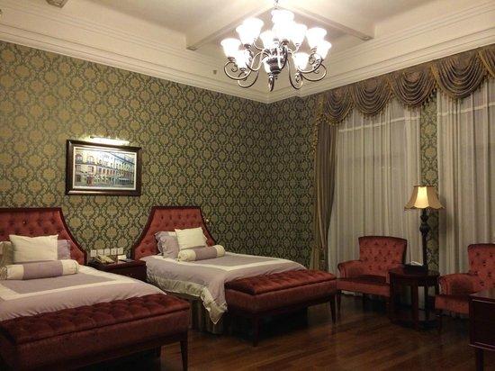 Astor House Hotel : 寝心地抜群のベット