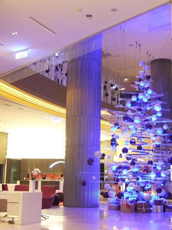 Hotel Novotel Taipei Taoyuan International Airport : クリスマスツリーに飾られたパンダがかわいかったです。