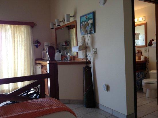 Estate Lindholm: Hawksnest Room Microwave and Sink Area