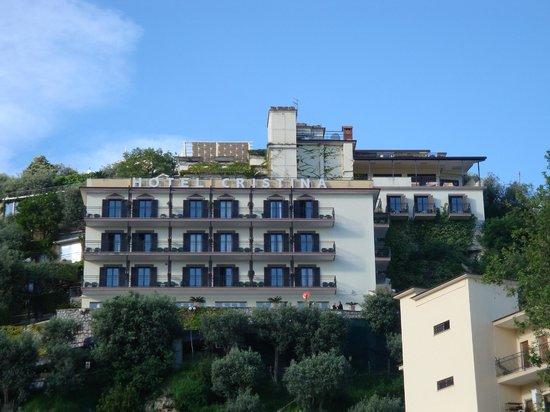 Hotel Cristina : vue sur l'hôtel de la route en bas