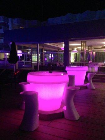 Hotel Garbi Ibiza & Spa: Particolare degli arredi piscina