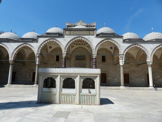 Süleymaniye-Moschee: Suleymaniye Mosque - Courtyard