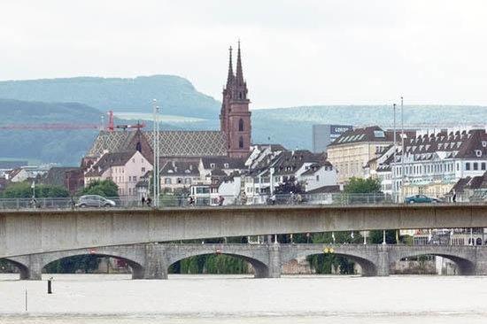 Rheinfähre: under the bridge
