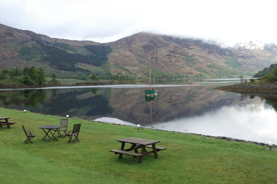 Isles of Glencoe Hotel & Leisure Centre: Outside at the back of Hotel. View of Loch Leven