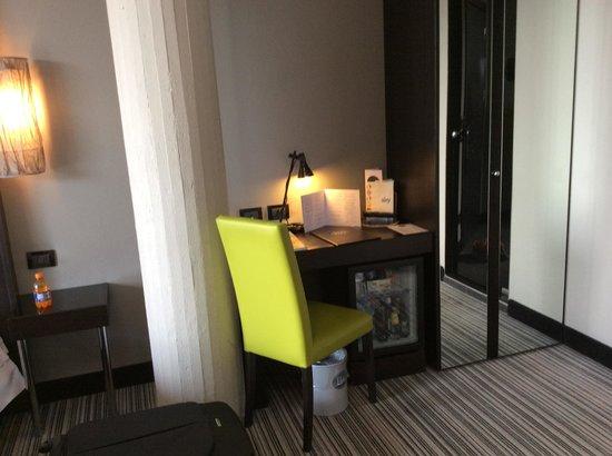 Twentyone Hotel: Стол и мини бар