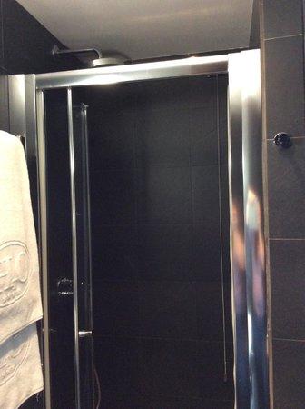 Twentyone Hotel: Душевая кабина