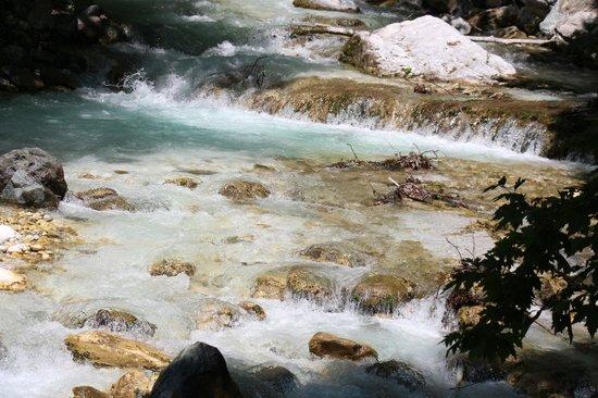 Roes Suites: το ποτάμι δίπλα από το ξενοδοχείο