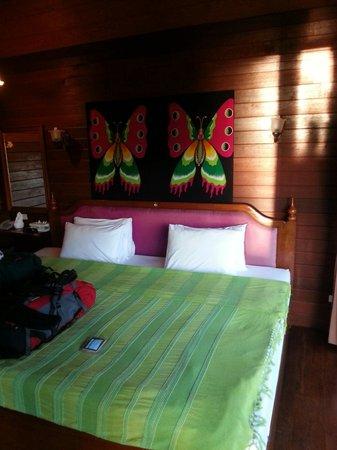 Lipa Bay Resort : Vores lille hyggelige hytte med en kæmpe seng