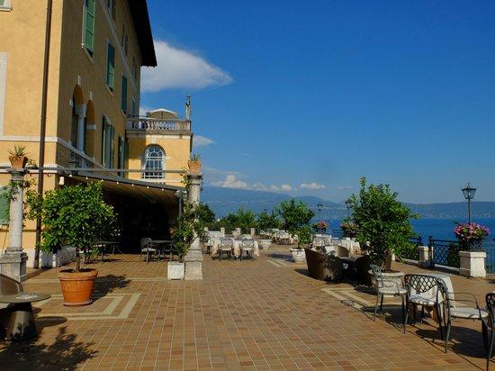 Hotel Villa del Sogno : ガルーダ湖を見渡す広いテラスが自慢