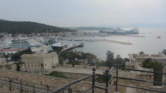 Cesme Castle: Вид с крепости на причал