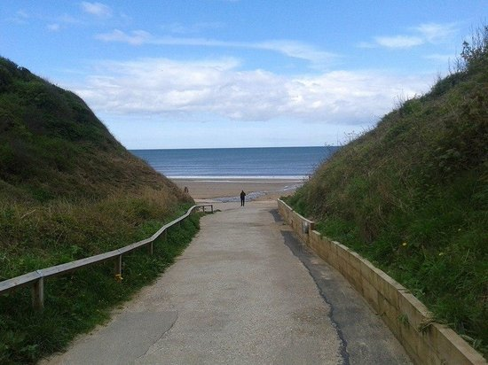Primrose Valley Holiday Park - Haven: road to the beach