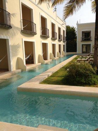 Dreams Tulum Resort & Spa: La piscine / bassin littéralement à 1 cm de notre terrasse : top !