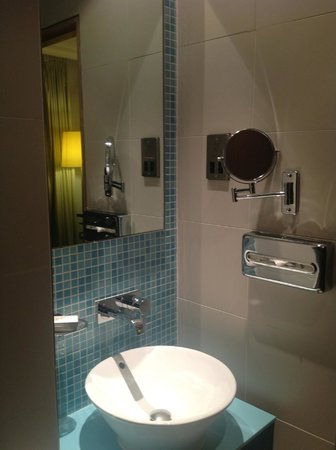 Hotel Indigo London-Paddington: Functional mirrors, compact but workable