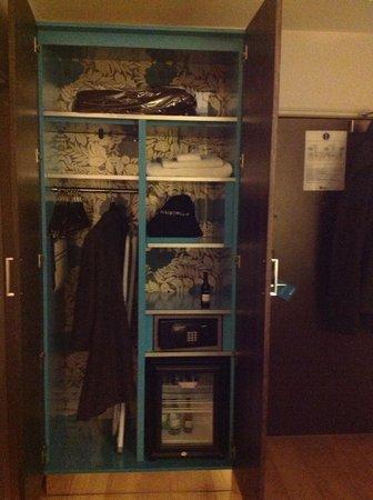 Hotel Indigo London-Paddington: Closet just right for a shorter stay.