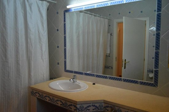 Vilabranca Apartments: Bathroom with lovely tiles. Bath with shower