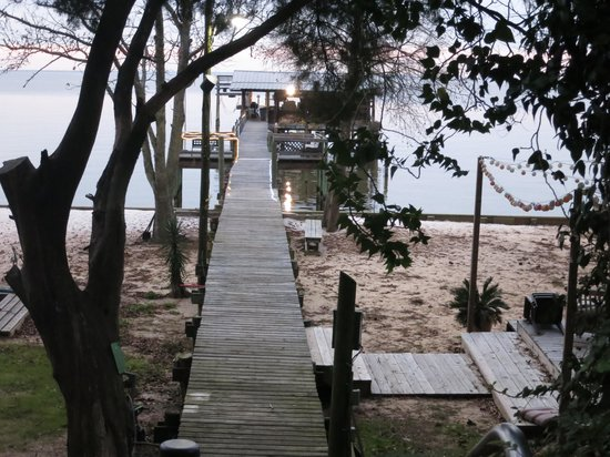 Bay Breeze Bed & Breakfast: The pier from the bottom of the garden