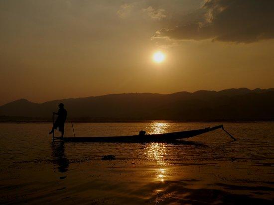 Inle Lake: 片足こぎの伝統漁法が見られます。