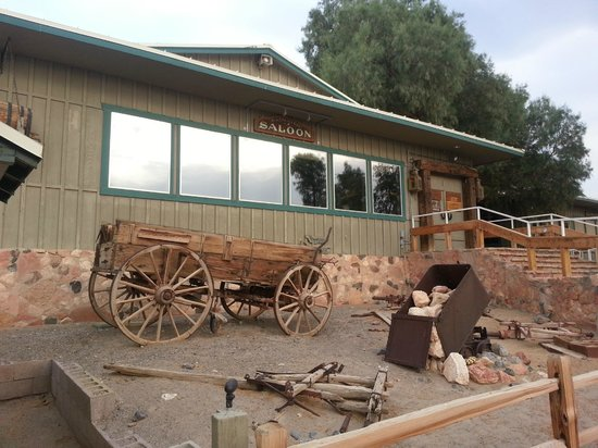 Stovepipe Wells Village Hotel: Saloon