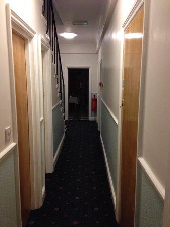 Melbourne House Hotel: Le couloir de notre chambre.