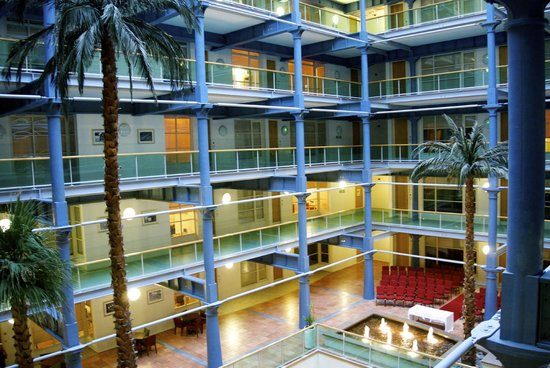 The Place Aparthotel: Hotel atrium
