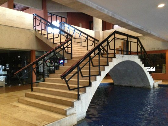 Paradisus Los Cabos: Bottom level of hotel (gift shop area)