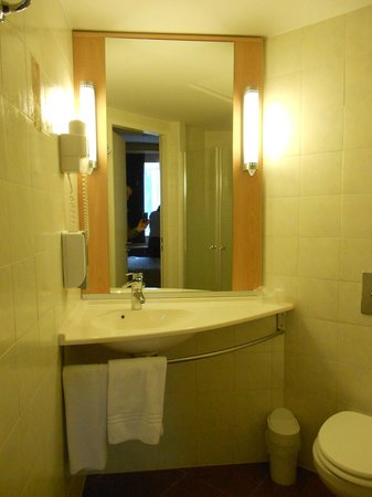 Hotel Ibis: bathroom
