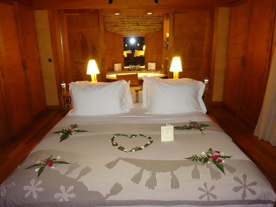 Le Taha'a Island Resort & Spa: Flowers on the Bed