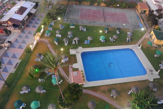 La Barracuda Hotel : piscine et tennis (vue depuis le toit de l'hôtel)