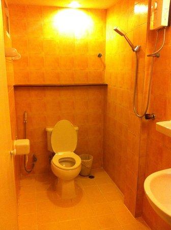 Sawasdee Sukhumvit Inn: Slightly dated bathroom