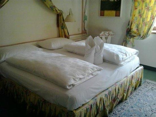 Hotel Schwarzer Adler : letto