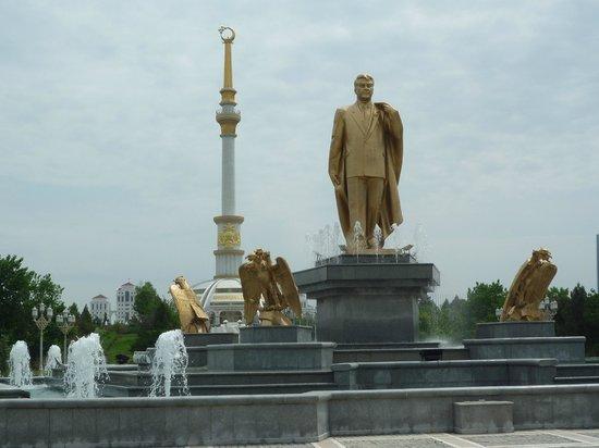 Unabhangigkeitsdenkmal: with Mr. Niyazov statue