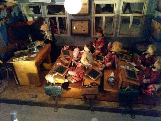 Spielzeug Welten Museum Basel: Puppenschule