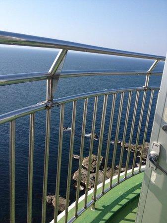Izumo Hinomisaki Lighthouse: 急な螺旋階段を昇りきると眼下に素晴らしい景色が広がります。