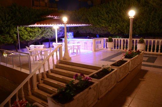Club Scala Nuova'da Pool Bar'da keyifli bir akşam içeceği