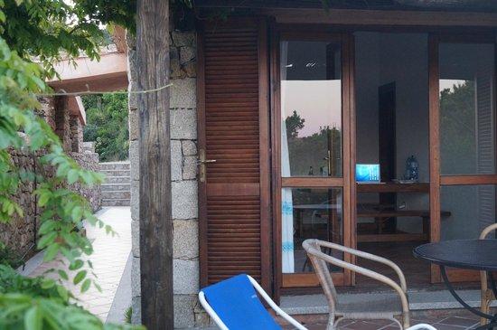 Marina di Conca Verde: von der Terrasse aus Blick zum Hofeingang und ins Wohnzimmer