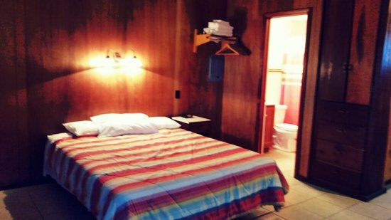 Coppermine Lodge: nice clean room
