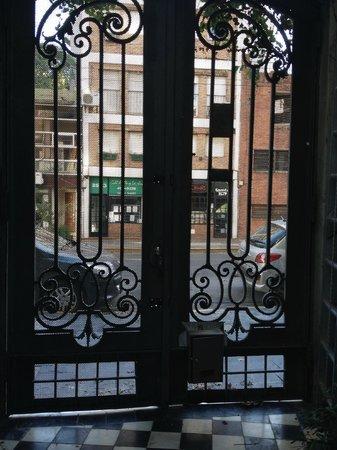Le Petit Palais : Vista da entrada do hotel para a rua.