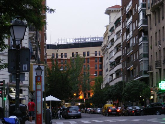 Leonardo Hotel Madrid City Center : View from oppsite perpendicular road