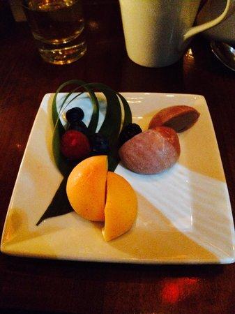 Koi: これがMochiのマンゴーとストロベリーブラックチョコレートです。