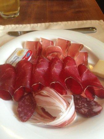 Château de Villa : Avec le vin, accompagnez-le d'une assiette Valaisanne