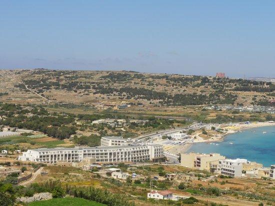 db Seabank Resort + Spa: Vue générale façade est (voyez la route qui contourne l'hôtel)