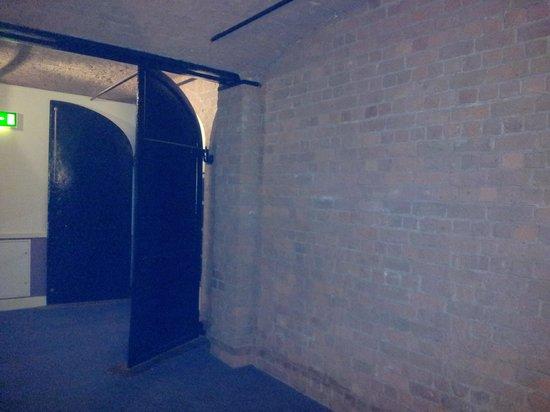 Premier Inn Liverpool Albert Dock Hotel: Steel doors 2