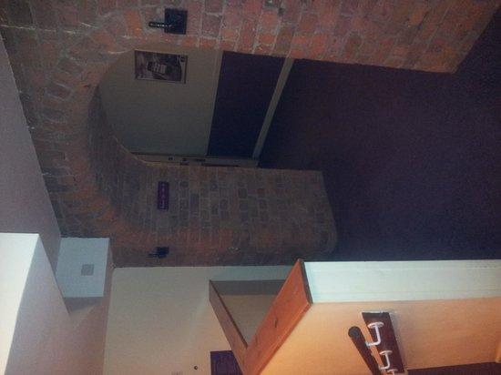 Premier Inn Liverpool Albert Dock Hotel: Arch to bar