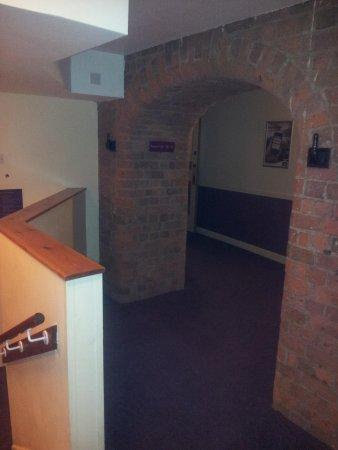 Premier Inn Liverpool City Centre: Arch to bar