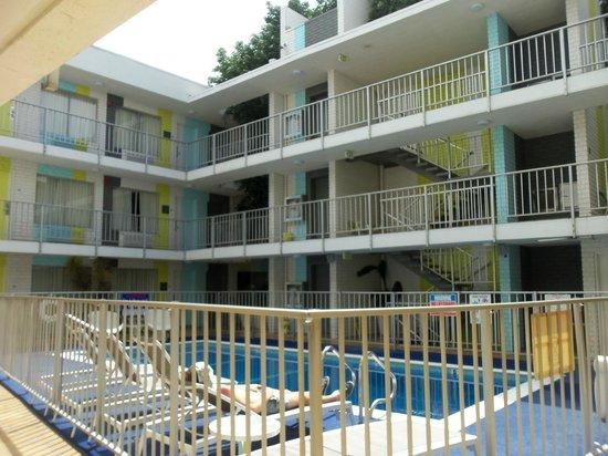 Best Western Plus Hollywood Hills Hotel : interno hotel con piscina