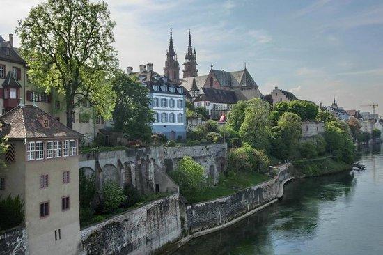 Altstadt von Basel vom Rhein aus gesehen