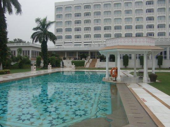 The Gateway Hotel, Agra: プールサイドからホテルの様子
